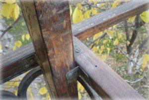 Прикручиваем брусья на металлические уголки
