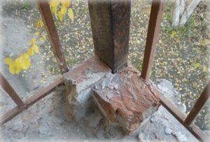 Кладём кирпичи к балкам и заливаем их цементом