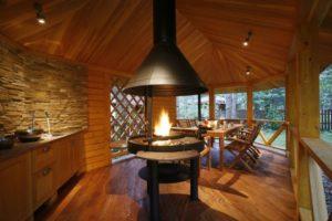 летняя кухня с деревянной отделкой